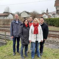 Bildunterschrift: v. l. Thomas Nischalke, Christine Kohnle-Weis, Sven Gottschalk, Pamela Nembach und Marc Nötscher gegenüber der ehemaligen Bahnhaltestelle in Neuendorf.
